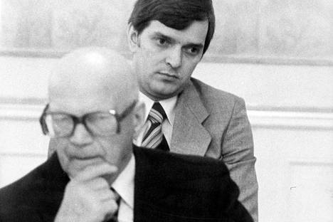 Presidentti Urho Kekkonen ja kansanedustaja Paavo Väyrynen vuonna 1977, jolloin Väyrynen oli 31-vuotias.