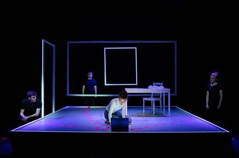 Näyttelijäopiskelija Oksana Lommi (kuvassa keskellä) esittää psykoottista opiskelijatyttöä tositarinaan pohjautuvassa näytelmässä Bakom verkligheten. Folke Narin (vas.), Gaspare Fransson ja Ellen Edlund näyttelevät tytön päänsisäisiä ääniä.