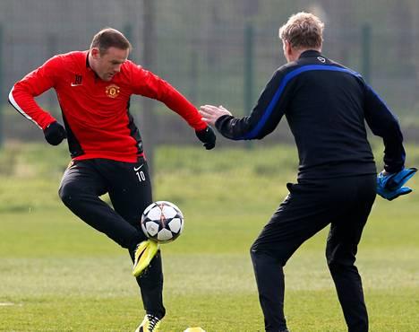 Wayne Rooney sai harjoituksissa sparraajakseen manageri David Moyesin.