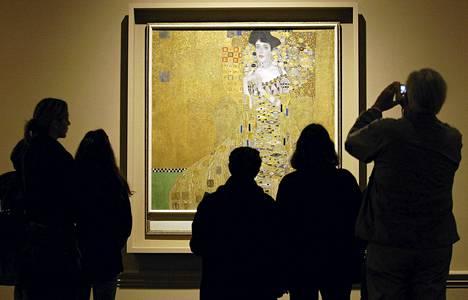 Gustav Klimt maalasi Adele Bloch-Bauerin muotokuvan 1907. Liki sata vuotta myöhemmin sen perijä Maria Altmann sai taulun vihdoin itselleen.