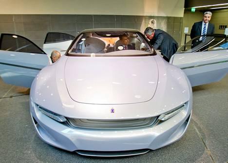 Pininfarinan konseptiauto on esillä Musiikkitalossa. Sitä testaavat Eurooppa- ja ulkomaankauppaministeri Alexander Stubb (autossa) ja italialaiset suunnittelijat.