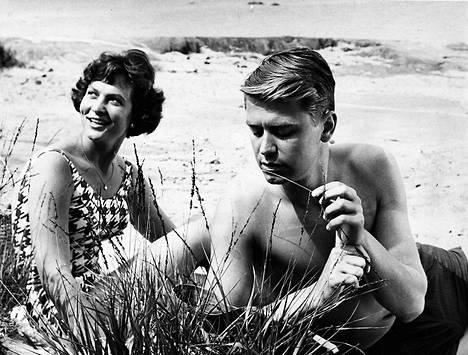 """""""Kesällä kello 5"""" on Berliinissä palkitun """"Torin"""" tekijän Erkko Kivikosken ensimmäinen pitkä elokuva ja se alkaa jo vähitellen olla purkissa. Elokuvan pääosia esittävät Tuula Elomaa ja Martti Koski."""