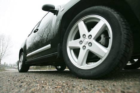 Nelivetoisen auton onnettomuusriski kasvaa talvella kuljettajan turvallisuusharhan takia.