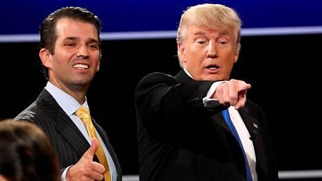 Donald Trump Jr. oli isänsä tukena presidentinvaalien väittelytilaisuudessa Hillary Clintonin kanssa syykuussa 2016.