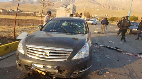 Kuva tapahtumapaikalta salamurhan jälkeen. Kuvassa vaurioitunut auto, joka kuljetti iranilaista ydintutkijaa Mohsen Fakhrizadehia, kun hän joutui hyökkäyksen kohteeksi.
