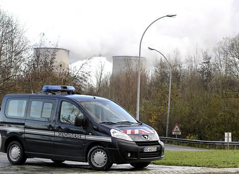Poliisiauto Nogent-sur-Seinen ydinvoimalan edustalla maanantaina.