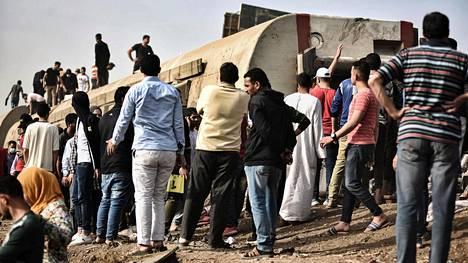 Ihmiset seisoivat raiteiltaan suistuneen junavaunun ympärillä lähellä Egyptin Sandahurin kylää. Onnettomuudessa kuoli ainakin 11 ihmistä ja noin sata loukkaantui.