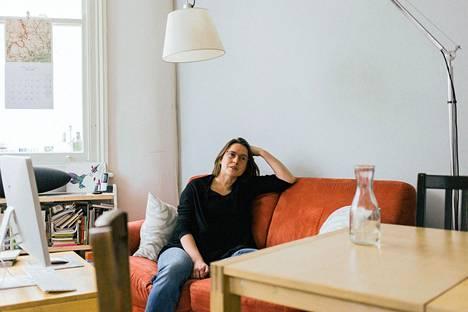 Etelä-Lontoossa asuva sosiologi ja kaksikielisyystutkija Soile Pietikäinen painottaa, että kielen oppiminen on aina kiinni ihmissuhteista. Kieltä oppii vain, jos taidolle on aitoa tarvetta ja mieluisaa käyttöä.