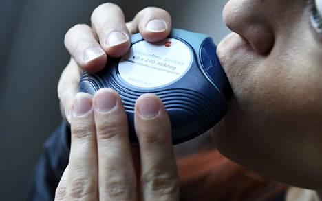 Astmalääke nautitaan sisäänhengityksen mukana inhalaattorin avulla.