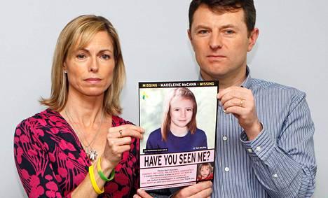 Kate ja Gerry McCann esittelivät toukokuussa 2012 tietokoneella tehtyä kuvaa siitä, miltä heidän kadonnut tyttärensä voisi nyt näyttää.