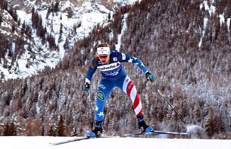 Sprinttiviestin amerikkalainen olympiavoittaja Jessie Diggins johtaa Tour de Skillä naisten kokonaiskilpailua. Kuva viime talven kiertueelta Sveitsin Lenzerheidesta.