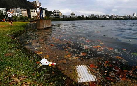 Puutteellinen jätehuolto ja viemäröinti ovat saastuttaneet Guanabara-lahden Rio de Janeirossa, jossa järjestetään olympiapurjehdukset 2016. Rankkasateiden jälkeen lahti on täynnä roskaa ja raatoja.