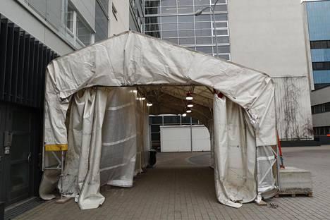 Haartmanin sairaalan takana sijaitsee koronatestejä varten pystytetty teltta.
