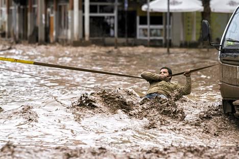Mies ylitti torstaina tulvivaa katua Copiapossa Chilessä.