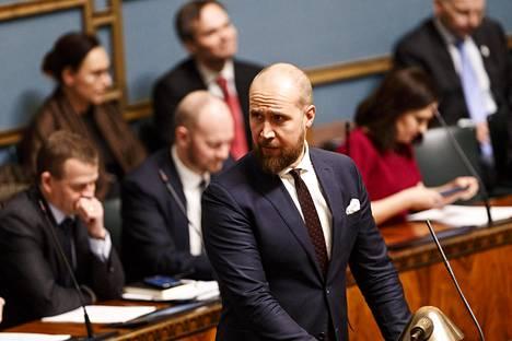 Välikysymys jätettiin vihreiden johdolla. Vihreiden puheenjohtaja Touko Aalto kutsui nykyhetkeä hätätilaksi.