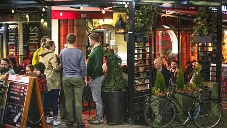 Kalevankadulla Helsingin keskustassa sijaitseva baari veti asiakkaita syyskuun viimeisenä viikonloppuna.