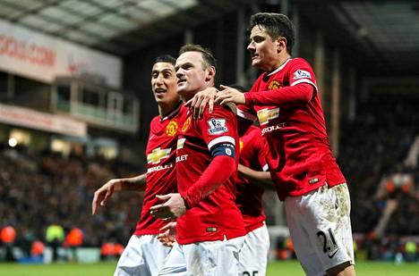 Wayne Rooney (kesk.) juhli maaliaan Angel Di Marian ja Ander Herreran kera.