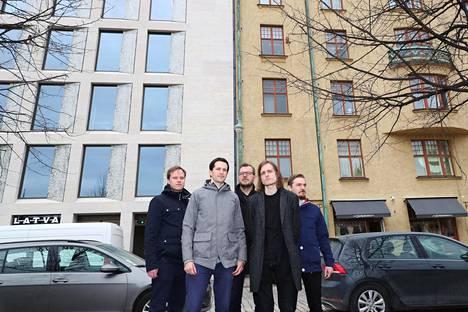 Suoja ry:n Markus Heinonen (vas.), Jonas Löfroos, Ransu Helenius, Lars-Erik Mattila ja Robin Landsdorff Kasarmitorin laidalla. Taustalla näkyvä uusi toimistotalo valmistui viime vuonna. Sen alta purettiin vuonna 1961 valmistunut entinen rakennusviraston talo.