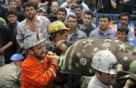 Pelastajat siirsivät onnettomuudesta selvinnyttä kaivosmiestä hoitoon keskiviikkona Somassa.