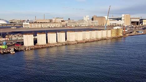 Betonielementit sijaitsevat aivan rannassa.