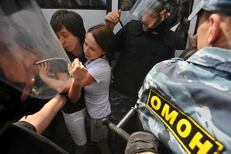 Sisäministeriön erikoisjoukot pidättivät homojen oikeuksien puolesta mieltään osoittavia ihmisiä Pietarissa kesäkuun lopulla.
