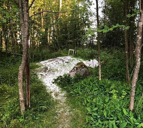 Metsiköstä löytyi maahan levitellyn säkkituolin lisäksi pöytä.