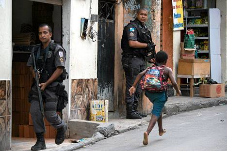 Sotilaspoliisit partioivat tiistaina Chuveirinhon favelassa huumerikollisten ja poliisin laukaustenvaihdon jälkeen Rio de Janeirossa Brasiliassa.