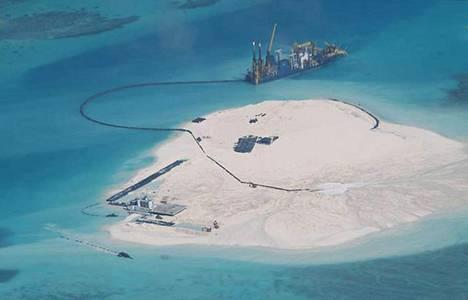 Kiinalainen alus tuo maa-aineksia Etelä-Kiinan merellä sijaitsevalle Spratlysaariin  kuuluvalle Johnson-koralliriutalle. Arkistokuva viime helmikuulta.
