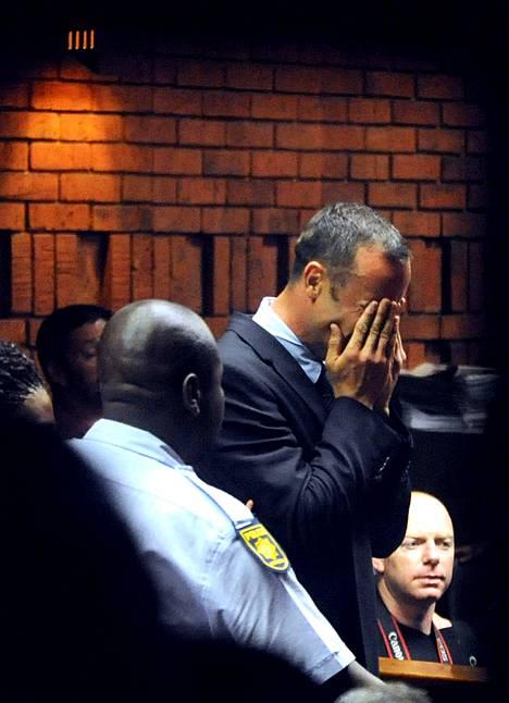 Oscar Pistorius kyynelehti ja peitti kasvot käsillään saapuessaan oikeuteen kuultavaksi.