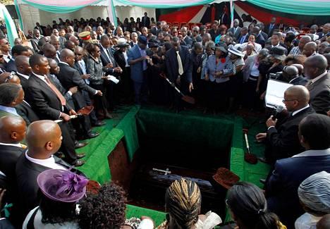 Nairobin Westgate-ostoskeskuksen terrori-iskussa kuolleet Kenian presidentin Uhuru Kenyattan sukulaiset haudattiin perjantaina. Iskussa kuoli ainakin 67 ihmistä.