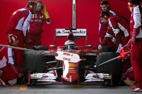 Kimi Räikkönen uuden Ferrarinsa ratissa.