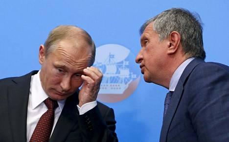 Venäjän presidentti Vladimir Putin ja Rosneftin toimitusjohtaja Igor Setšin Pietarin talousfoorumissa toukokuussa 2014