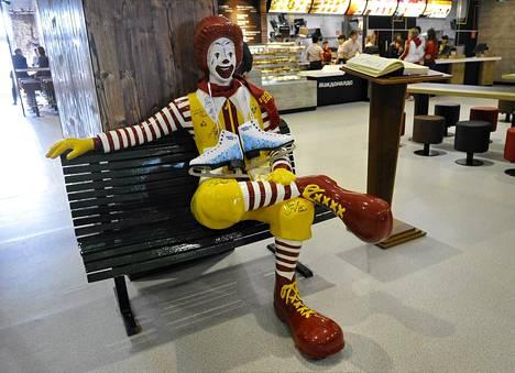 Ronald McDonald -nukke McDonald's-ravintolassa Sotšin olympiakylässä helmikuussa.