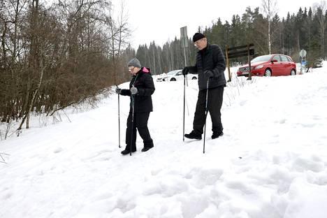 Vantaalaiset Raija ja Pertti Kannusmäki löysivät viime viikolla Byabäckenin parkkipaikalta murretun auton.
