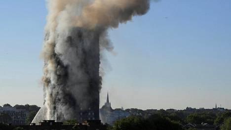 Palanutta tornitaloa ympäröi savupilvi keskiviikkona Lontoossa.