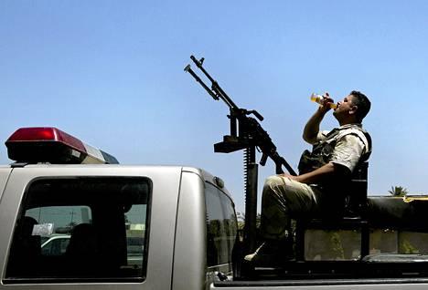 Kurdisotilas odotti lähtöä taisteluun ääri-islamistista Isis-järjestöä vastaan tortstaina Pohjois-Irakissa.