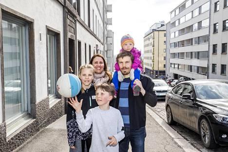 Venla Keto (vas.), Mari Huuhtanen, Veikko Keto, Ville Keto ja Vilma Keto Suonionkadulla Helsingin Kalliossa.