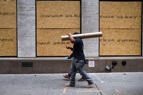 Myymälän ikkunat oli suojattu New Yorkin Manhattanilla kesäkuussa, jolloin viikossa 1,5 miljoonaa ihmistä ilmoittautui ensi kertaa työttömyyskorvausten hakijaksi Yhdysvalloissa.