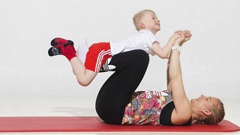 """Vatsarutistukseen saa lisätehoa, kun ottaa lapsen polvien päälle """"lentokoneeseen""""."""