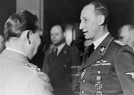 SS-kenraali Reinhard Hyderich (oik.) onnittelee syntymäpäiväjuhlia viettävää Herman Göringiä 12. tammikuuta 1941.