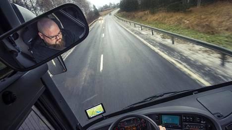 Klaukkalalainen Niilo Tolvanen lähti koulunpenkille hakemaan linja-autonkuljettajan ammattitutkintoa.