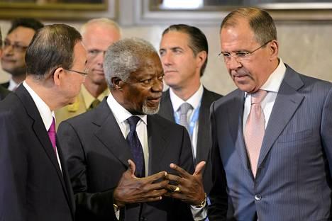 Rauhanvälittäjä Kofi Annan (kesk.) keskustelee Venäjän ulkoministeri Sergei Lavrovin ja YK:n pääsihteeri Ban Ki-moonin kanssa Geneven Syyria-kokouksessa.
