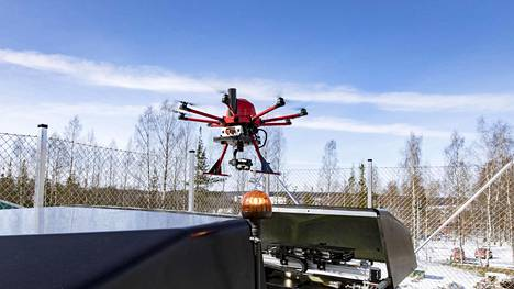 Rumble Toolsin robottikopteri lähdössä esittelylennolle metsäyhtiö Stora Enson Imatran-tehtailla.