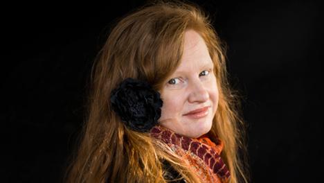 Anna Maria Mäki kuljettaa romaaninsa perhetarinaa lyhyissä, absurdiin taipuvissa kohtauksissa.