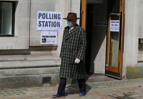 Äänestäjä Lontoon Westminsterin hallintoalueella sijaitsevassa äänestyspaikassa 6. toukokuuta 2021.