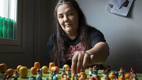 Lahtelainen Nina Silo ylläpitää Kinder-suklaamunista tulevia yllätyksiä keräilevien harrastajien Facebook-ryhmää.