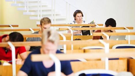 Abiturientti Frans Karlsson Tölö gymnasiumista aloitti syksyn ylioppilaskirjoituksiin valmistautumisen jo heinäkuussa.