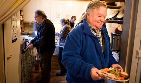 Kalevi Murto ja Pekka Junttila (vas.) hakivat perjantaina ruokaa Lilla Karyllin seisovasta pöydästä, jonka kattoi Espoon mielenterveysyhdistyksen väki.