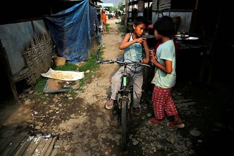 Lapset juttelivat pakolaisleirissä Myitkyinan ulkopuolella Kachinin maakunnassa Myanmarissa. Kachinit ovat etninen ryhmä Myanmarin, Kiinan ja Intian alueilla.