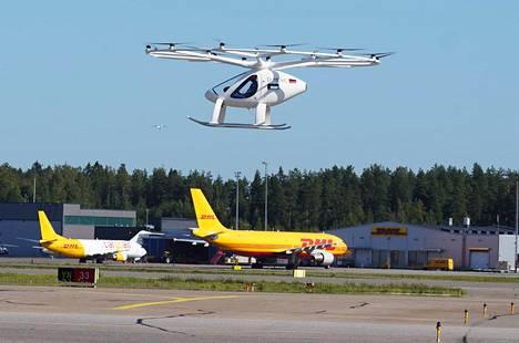 Matkustajadrooni Volocopteria kokeiltiin ensi kertaa kansainvälisellä lentokentällä eli Helsinki–Vantaalla. Tavoite oli selvittää, miten sujuu yhteistyö lennonjohdon kanssa. Asiakkaat saavat vielä odottaa.